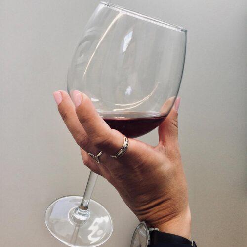 petra holder et glas vin